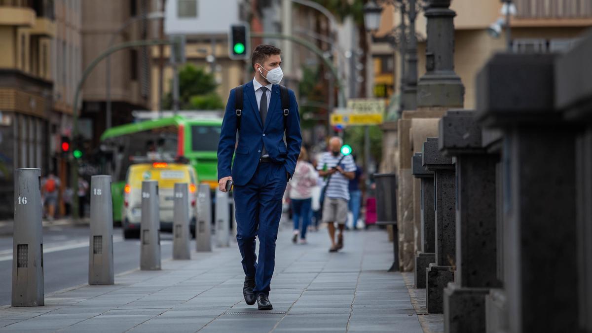Un hombre con mascarilla camina por Santa Cruz de Tenerife.