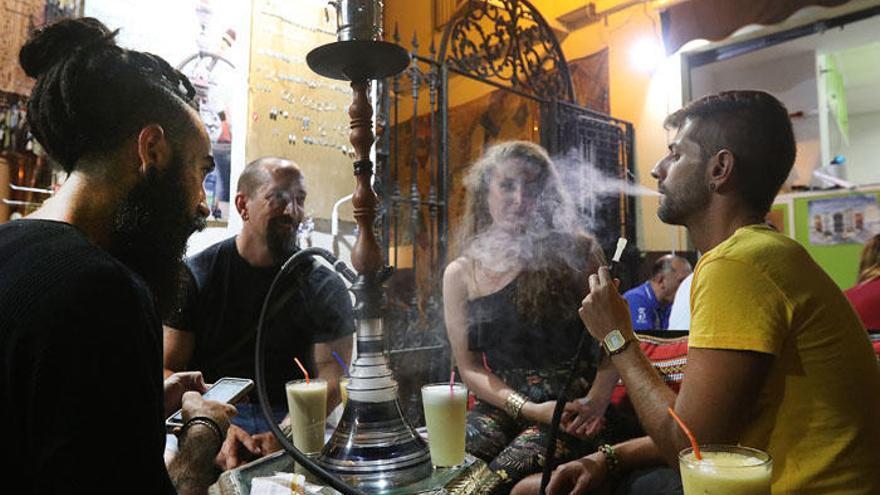 Un grupo fuma cachimba en un bar en una imagen de archivo.