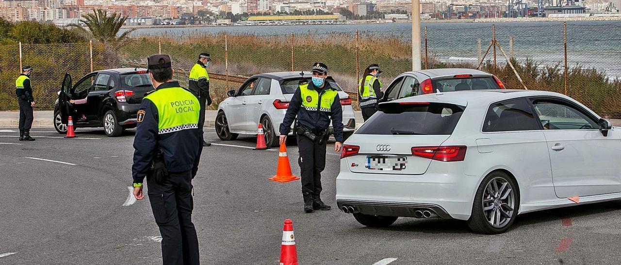 Imagen de uno de los controles del cierre perimetral realizados por la Policía Local en Alicante. | HÉCTOR FUENTES