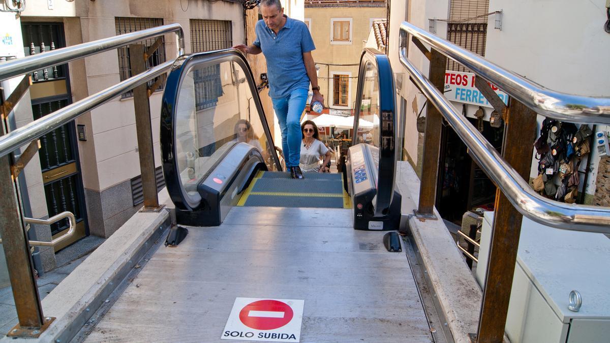 Vista de la escalera mecánica de la calle Alzapiernas en su conexión con la calle Parras.