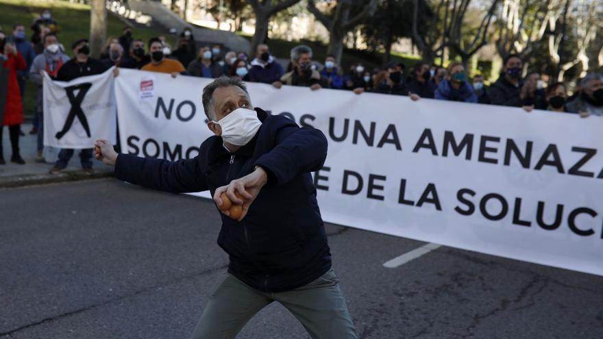 Los hosteleros lanzan huevos a la fachada de la Junta en Zamora