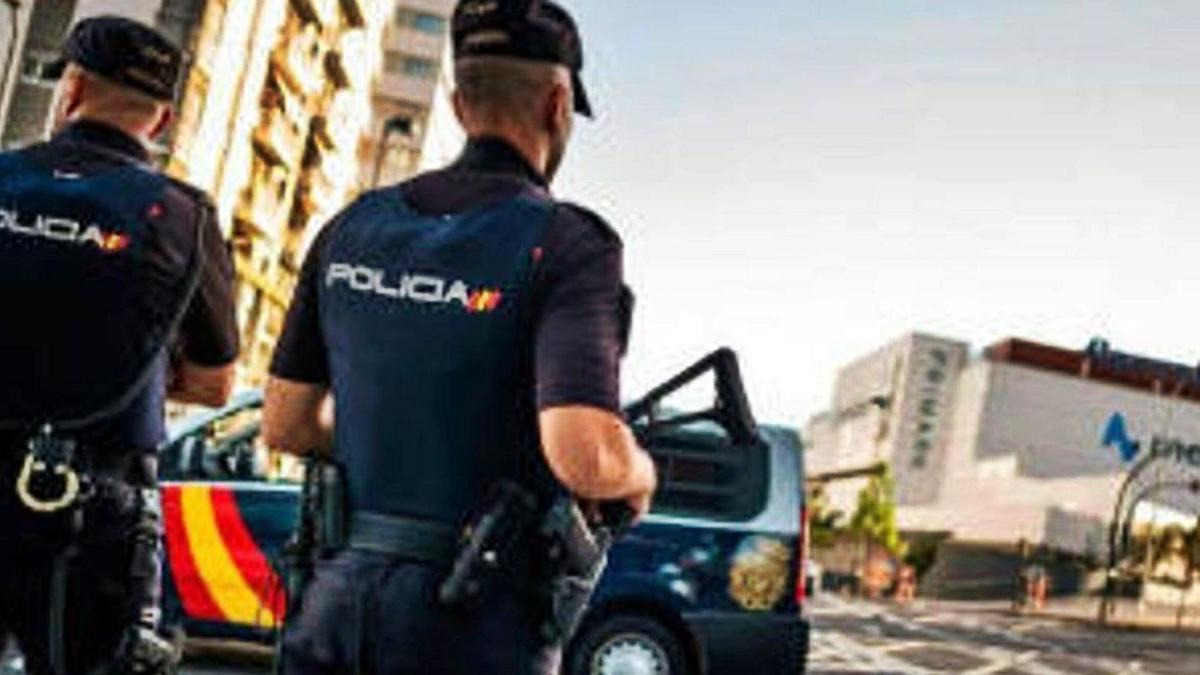 Policías nacionales en Santa Cruz de Tenerife. | | E.D.