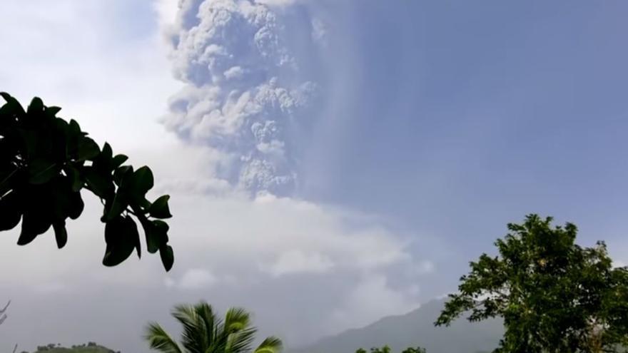 Apagones y cenizas tras la erupción del volcán La Soufriere