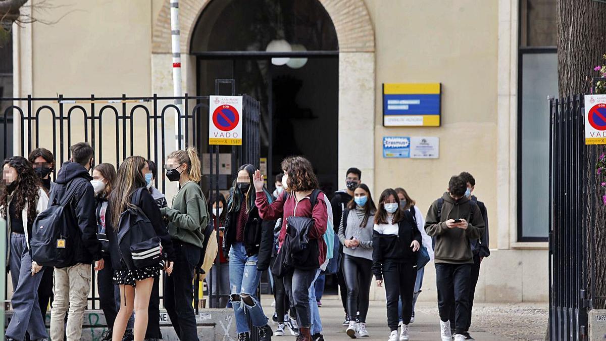 Estudiantes a las puertas de un instituto público, en València.   M.Á.MONTESINOS