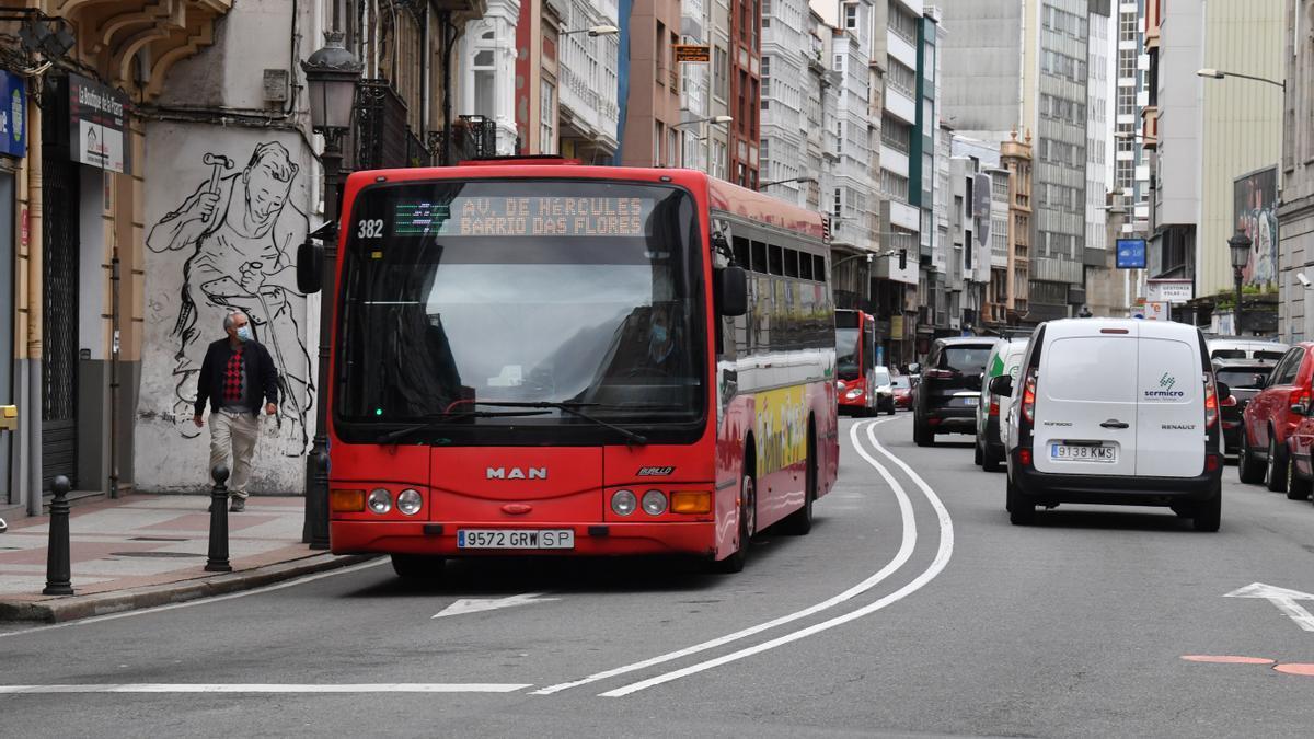 Un autobús urbano en una calle de A Coruña.