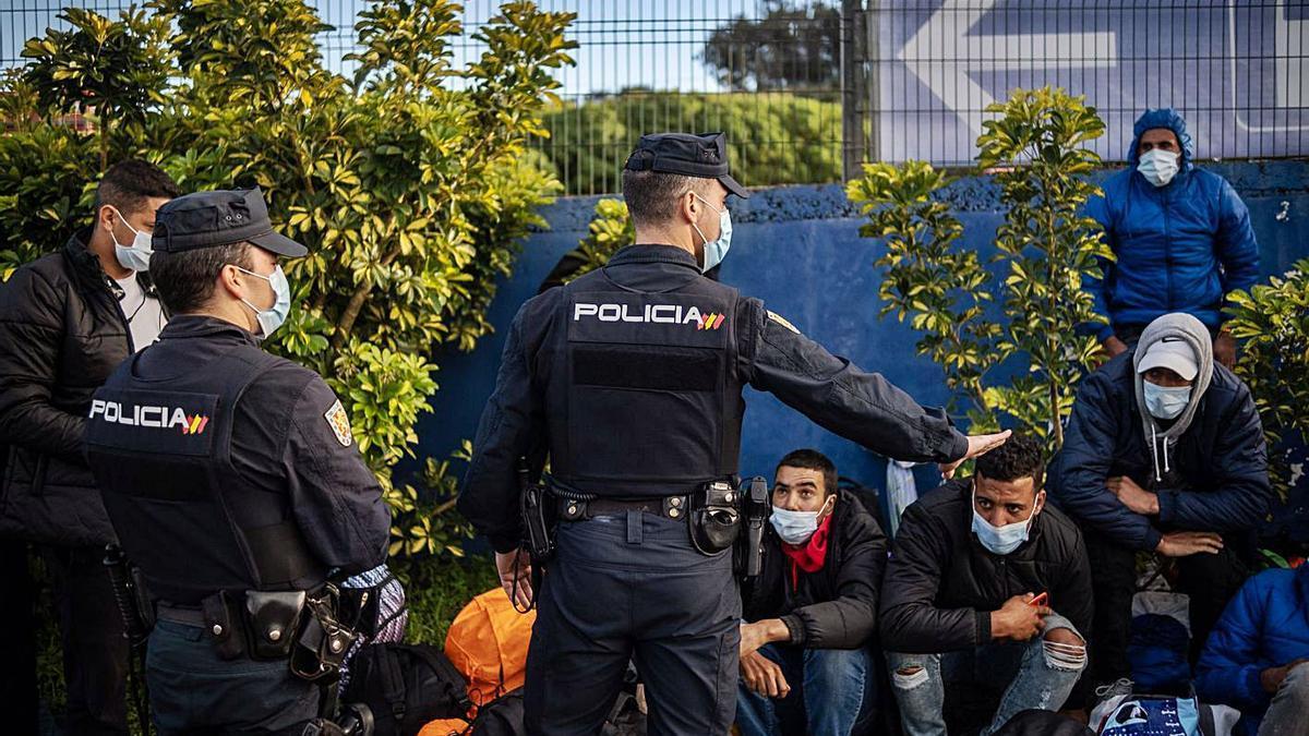 El grupo de migrantes que intentó abandonar ayer el campamento de Las Raíces, en La Laguna.