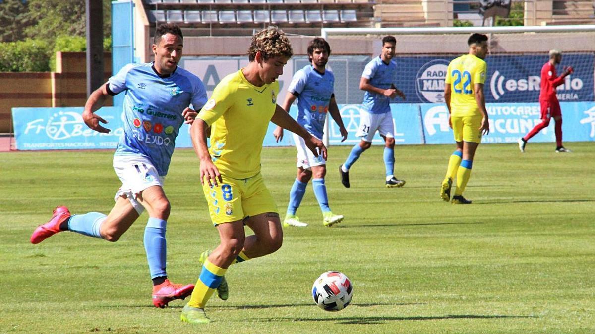 Sato, centrocampista de Las Palmas Atlético, en acción durante el partido de ayer ante El Ejido. | | LP/DLP