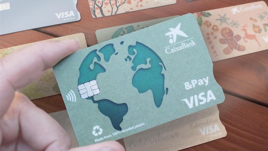 CaixaBank inicia la sustitución del plástico de sus tarjetas por materiales reciclados
