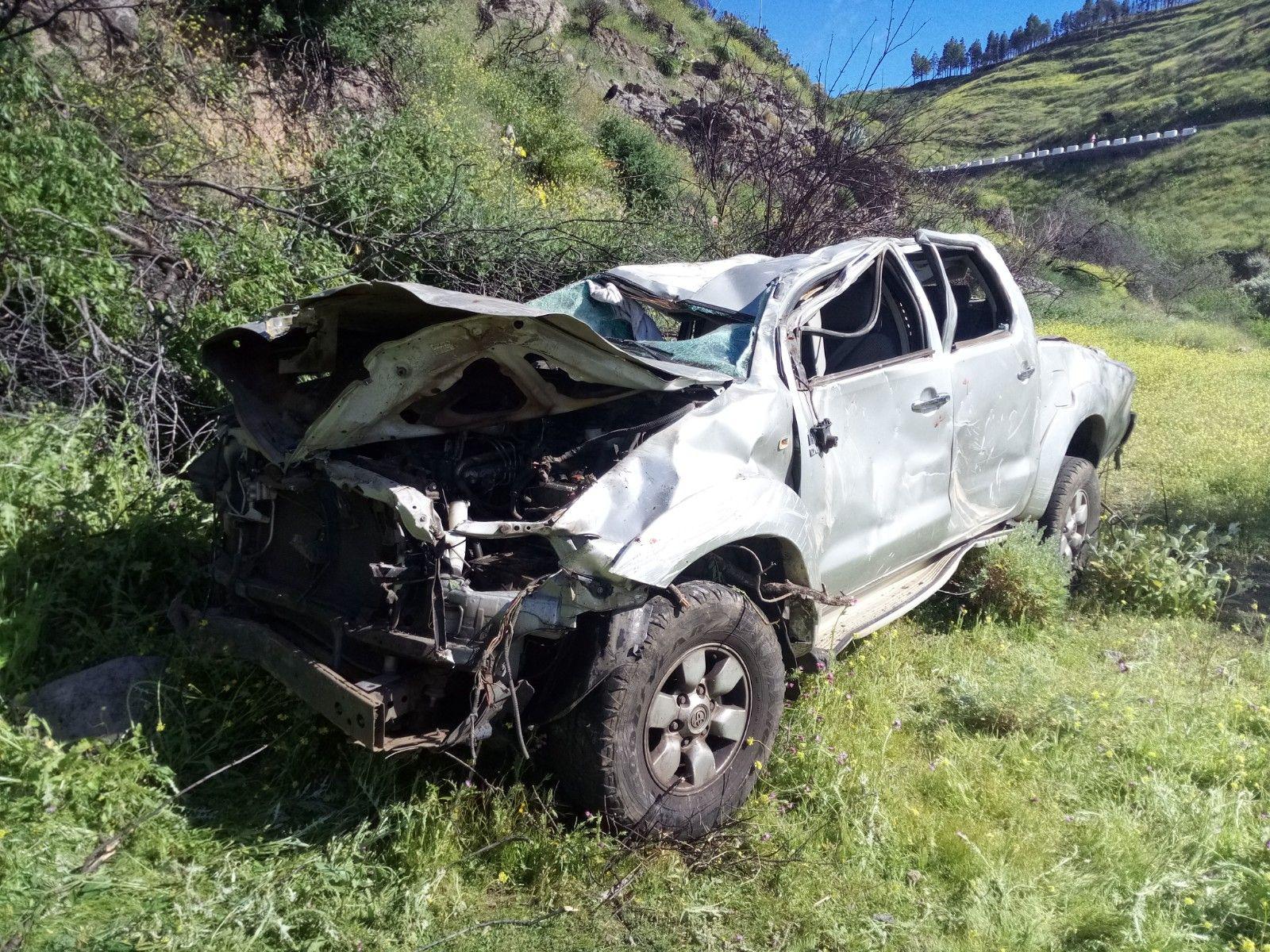Un coche se risca en Artenara