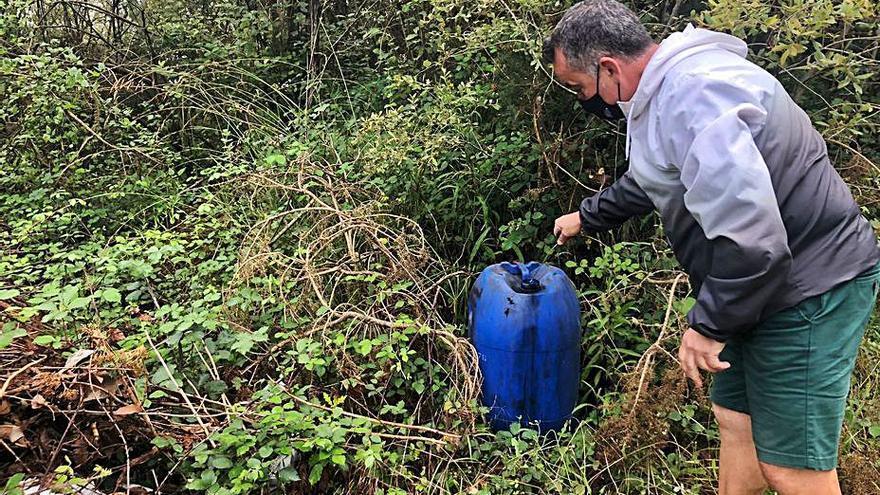 Los vecinos de la Pola denuncian un vertedero en plena senda fluvial del Nora