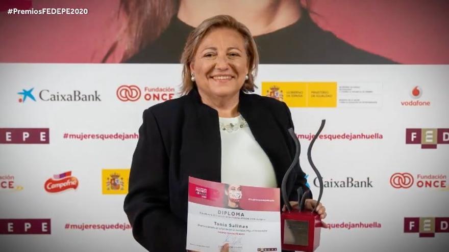 Tonia Salinas Miralles recibe el premio FEDEPE a la asociada