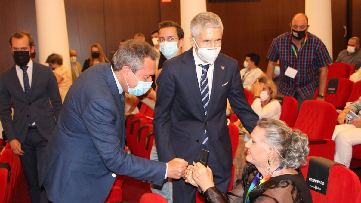 El alcalde de Sevilla, Juan Espadas, y el ministro de Interior, Fernando Grande-Marlaska, en un momento del acto conmemorativo por la Gran Redada de Pasaje Begoña.