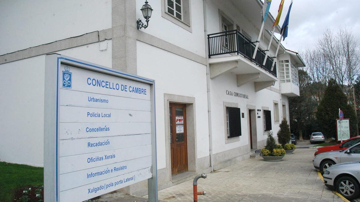 Fachada principal de la Casa Consitorial de Cambre.