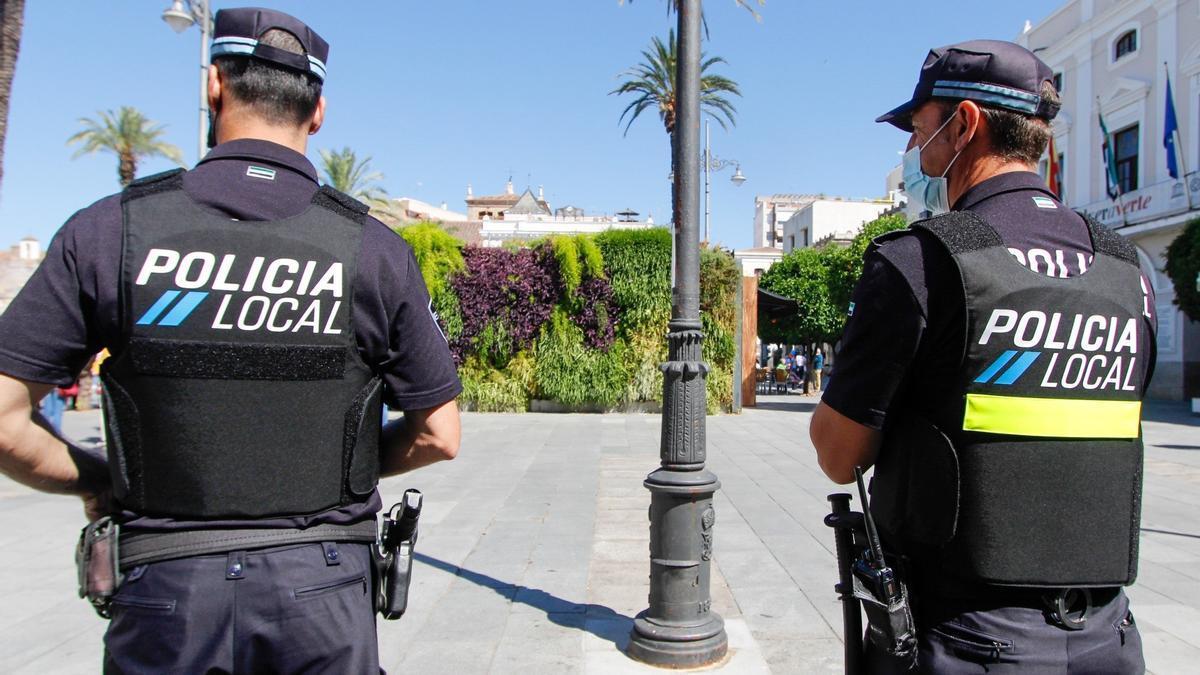 Una pareja de agentes de la Policía Local de Mérida.