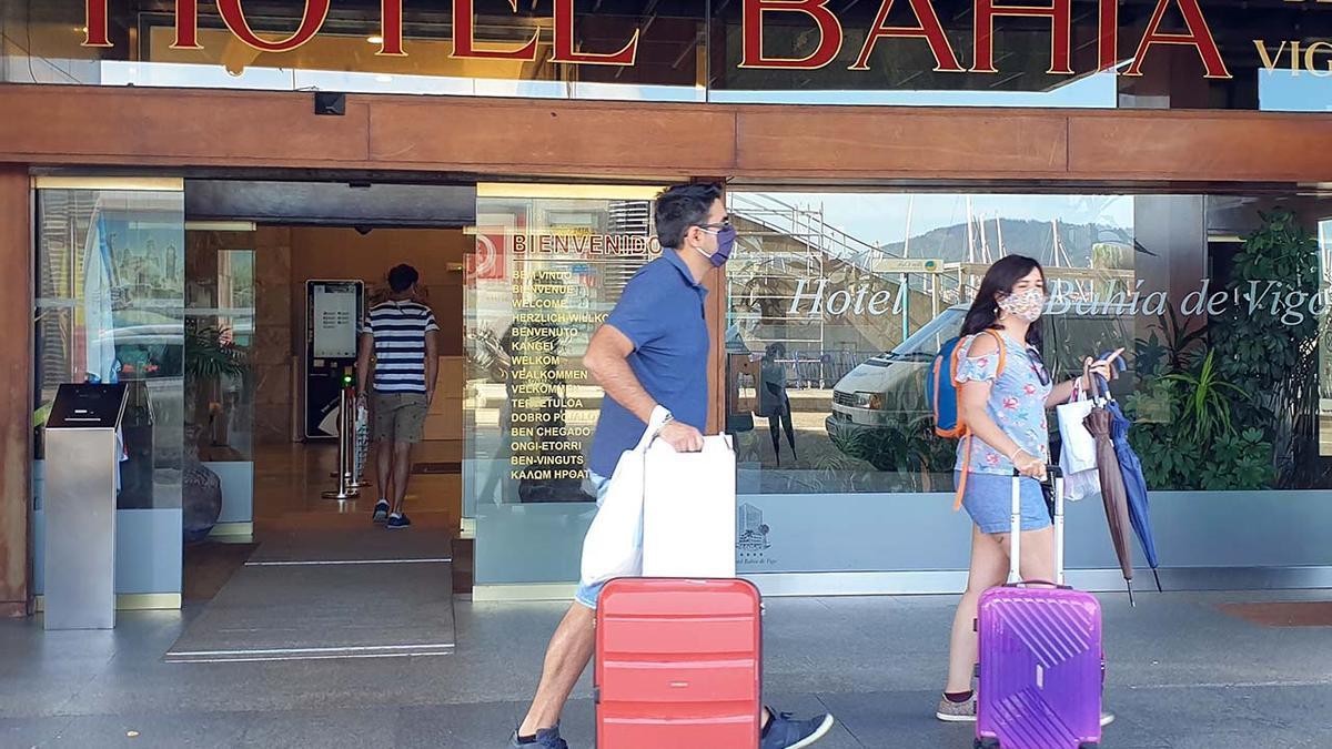 Turistas en la entrada del Hotel Bahía de Vigo