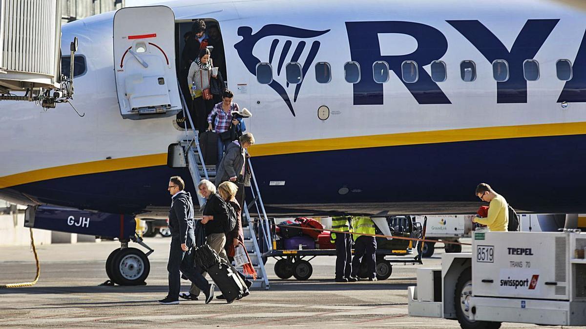 Desembarco de un vuelo de Ryanair en el aeropuerto de Manises, antes de la pandemia. | M. A. MONTESINOS