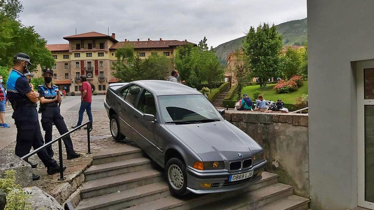 Un coche se queda atascado en mitad del santuario de Covadonga   J. M. CARBAJAL