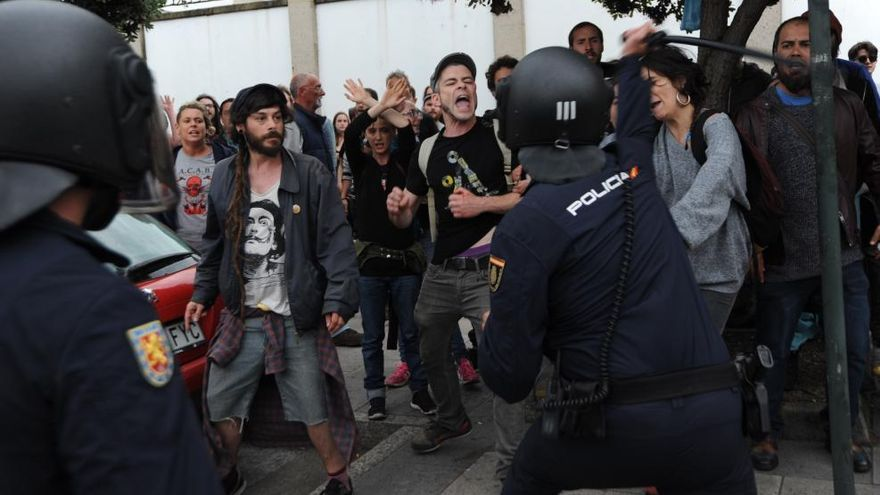El 091 carga contra manifestantes por el desalojo de Comandancia