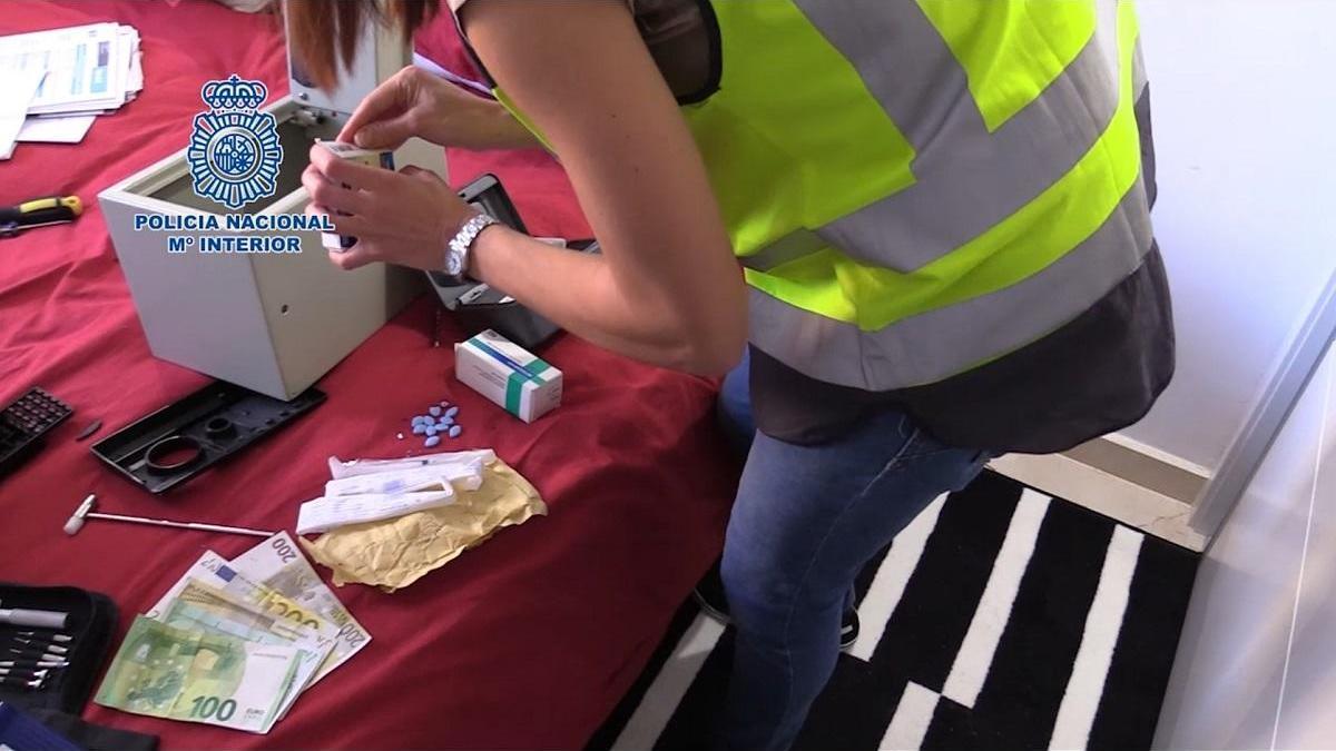La Policía Nacional desmantela la infraestructura de las principales web dedicadas a la venta y distribución ilegal de medicamentos en España.