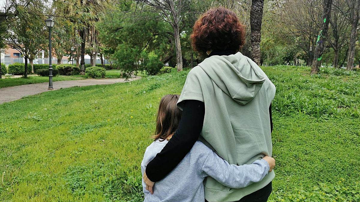 A. B., afectada de párkinson, posa con su hija de espaldas porque prefiere mantener su intimidad. | LEVANTE-EMV