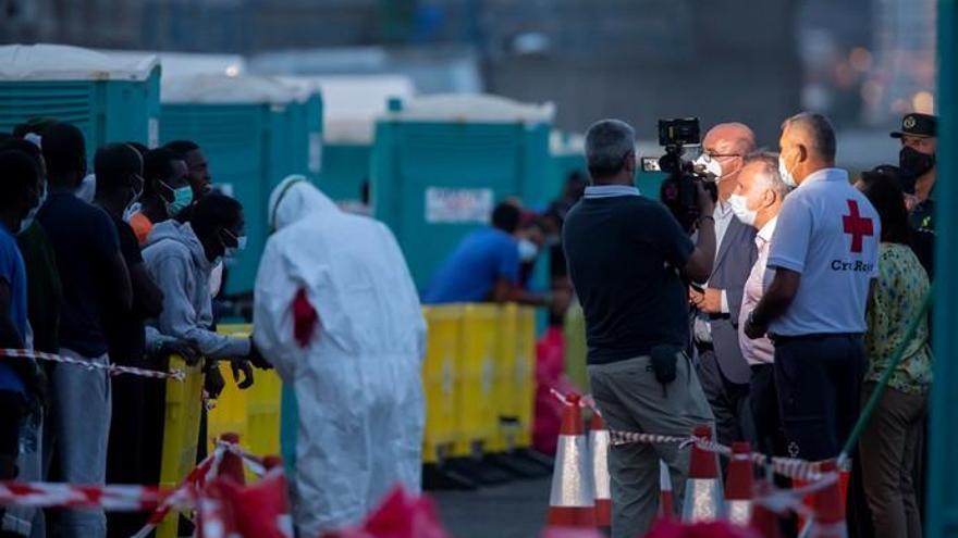 Crisis del coronavirus | Visita de Torres a los migrantes de Arguineguín