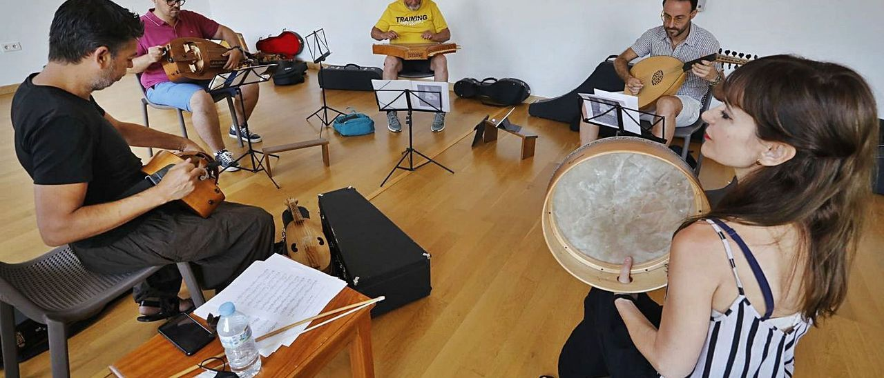 Un momento del taller para recuperar músicas con historia.  Dani Tortajada