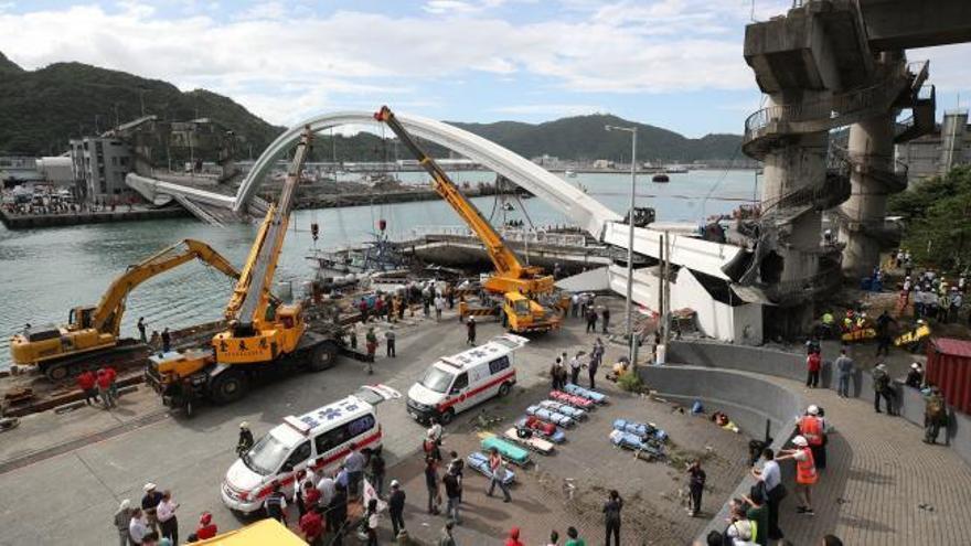 Al menos 20 heridos al derrumbarse un puente en Taiwán
