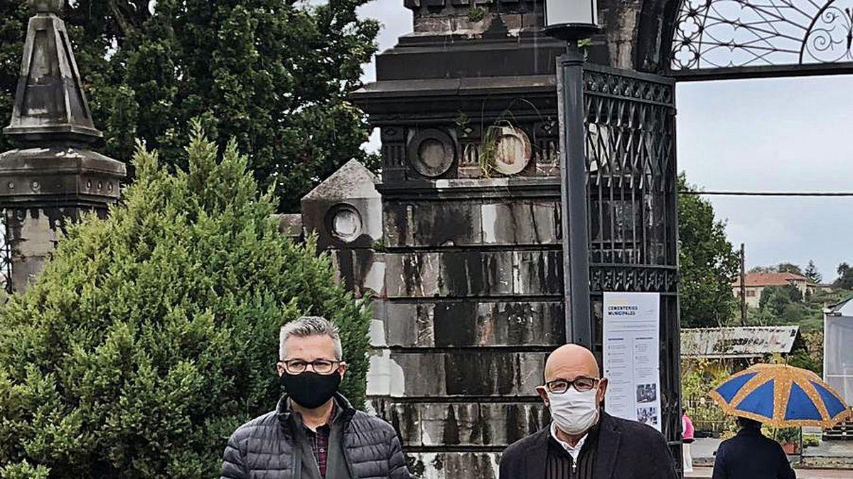 Gabriel Ordóñez y Jorge Luis Suárez, sobre una de las señales del cementerio de La Carriona.