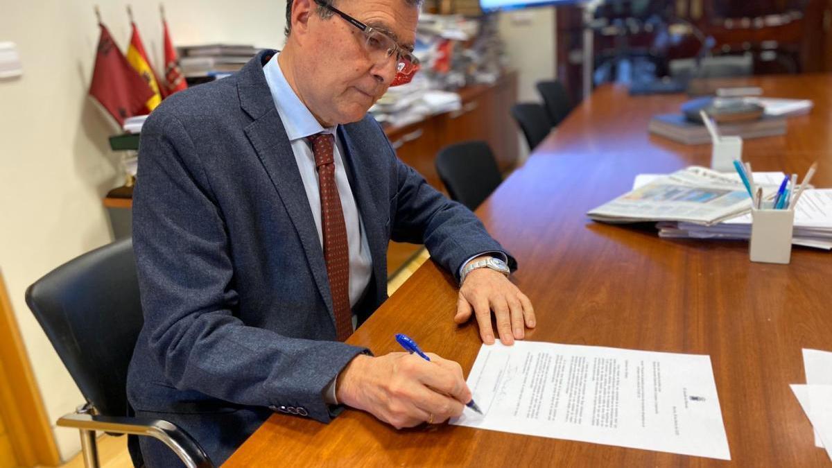 Ballesta solicita la colaboración de Exteriores para la vuelta a casa de los murcianos en el extranjero