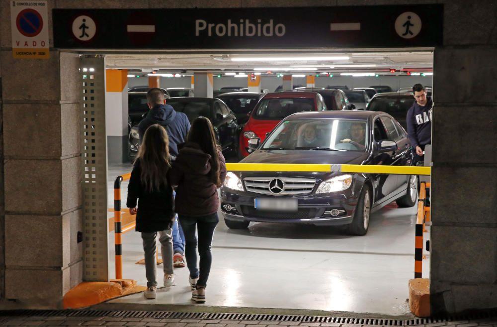 Las calles de Vigo, de nuevo atestadas de gente y de coches // Marta G. Brea