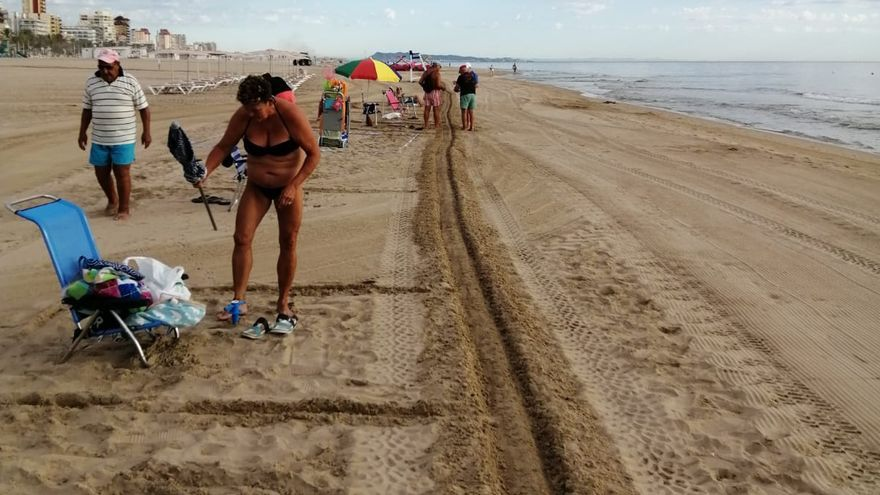 Un surco en la playa de Gandia para guardar la distancia