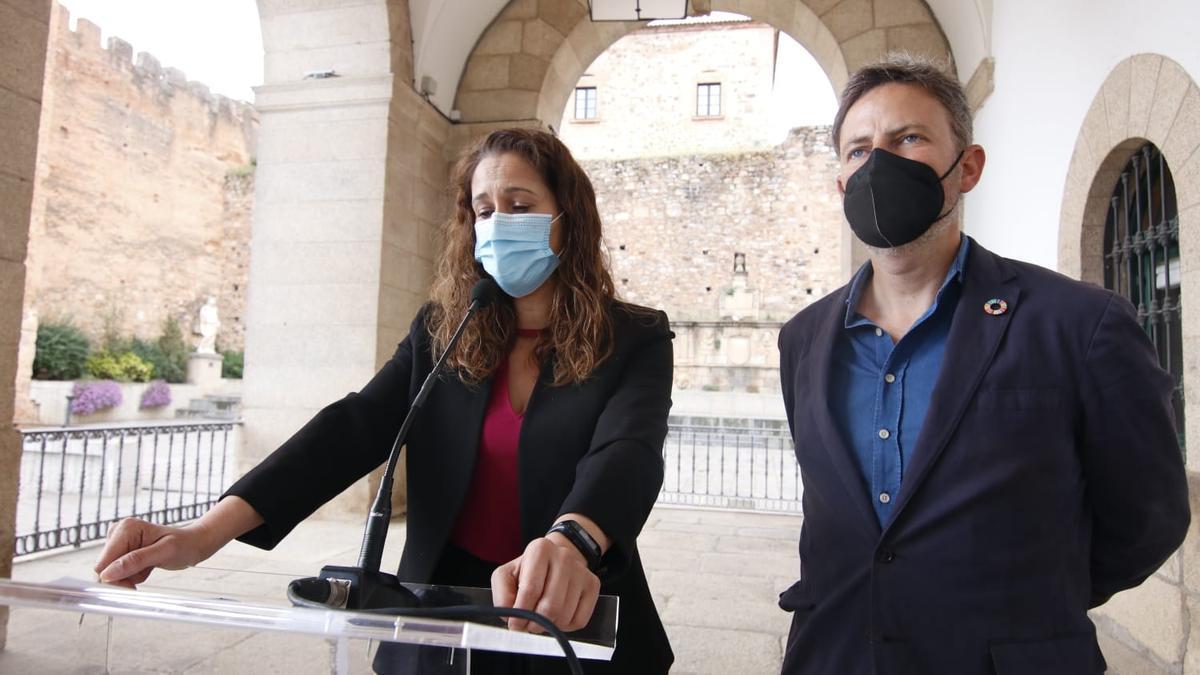 Los concejales María Ángeles Costa y Jorge Villar, esta mañana.