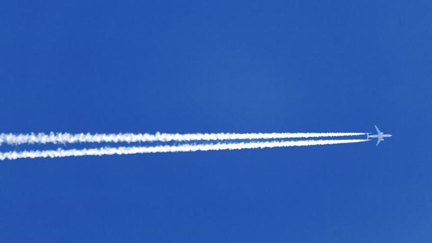 Cómo predecir el tiempo observando las estelas blancas de los aviones