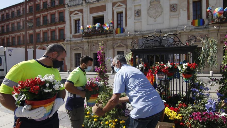 Macetas pintadas con los colores de las banderas trans y arcoíris decoran La Corredera