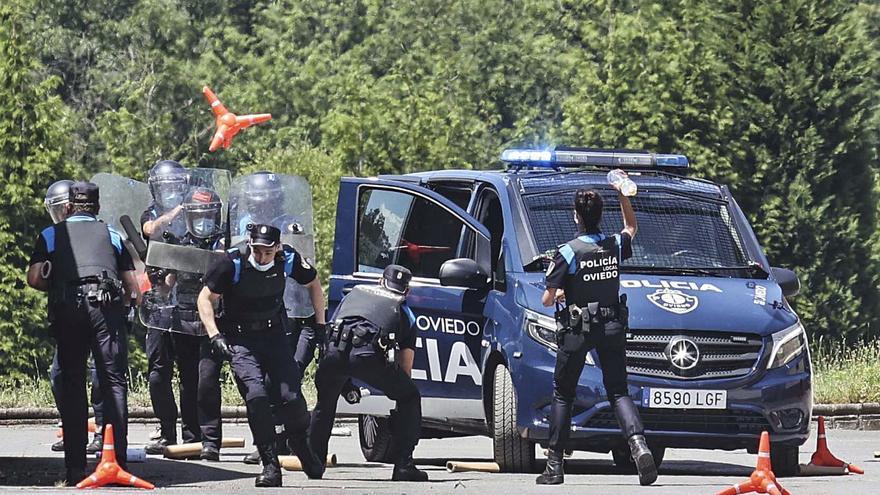 La Policía Local de Oviedo se blinda contra los tumultos: tres pistolas táser, chalecos antibalas y escudos reforzarán los operativos