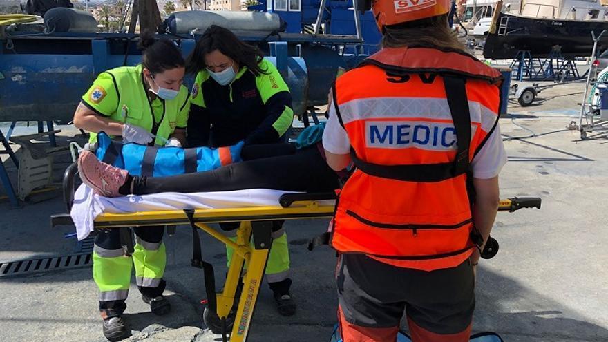 Trasladan al Hospital de Dénia a una mujer que se había caído en la Cala Llebeig de Benitatxell