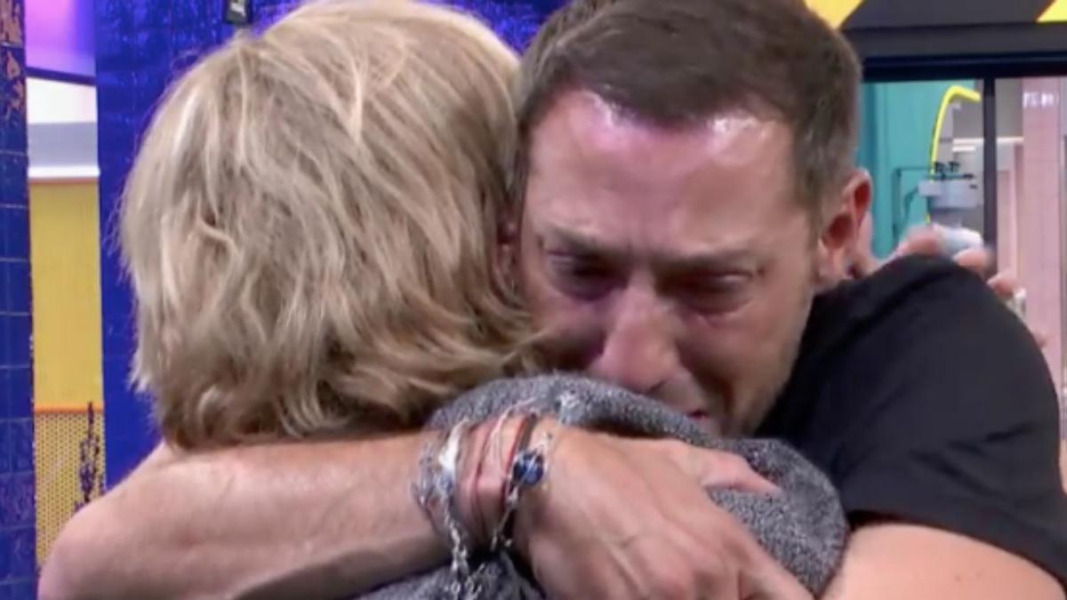Antonio David Flores abraza a Mila Ximénez
