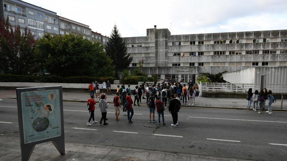 Alumnos entrando al instituto Sánchez Cantón. // Gustavo Santos