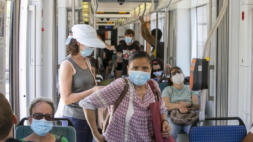"""FGV incorpora 17 """"auxiliares covid"""" en el TRAM para velar por la seguridad de los viajeros"""