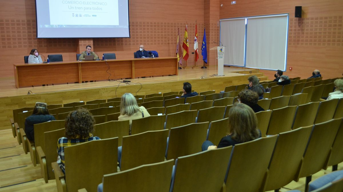 """Presentación de la """"Plataforma de Compras por Benavente"""" en el Centro de Negocios a comercios locales. / E. P."""