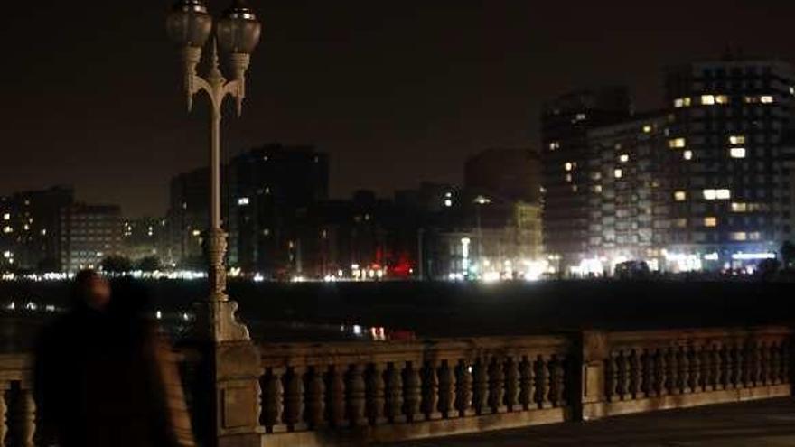 Gijón apaga durante una hora por el planeta la luz ornamental de sus edificios públicos