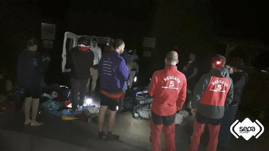 Rescatan a un grupo de scouts de Alicante tras desorientarse de noche en los lagos de Covadonga