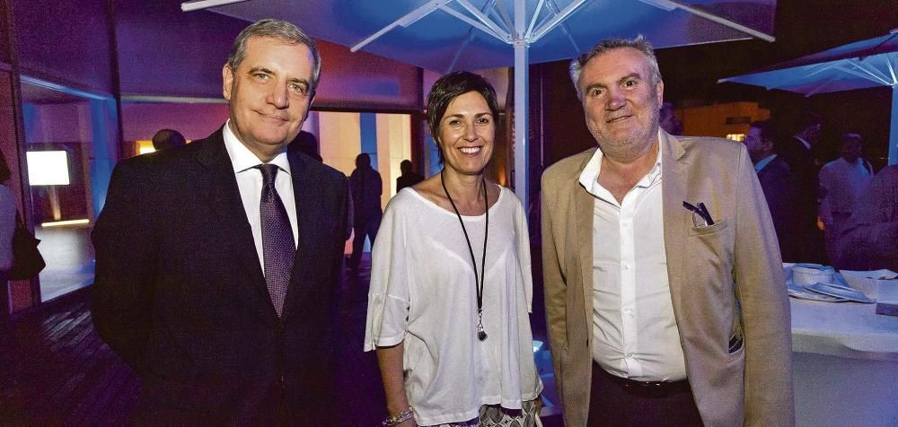 Josep Maria Ramis, director de El Corte Inglés en Palma, junto a Francisca Niell, directora general de Cultura del Ayuntamiento de Palma, y el comisario artístico Biel Amer conversaron animadamente en el cóctel tras la entrega de los premios.