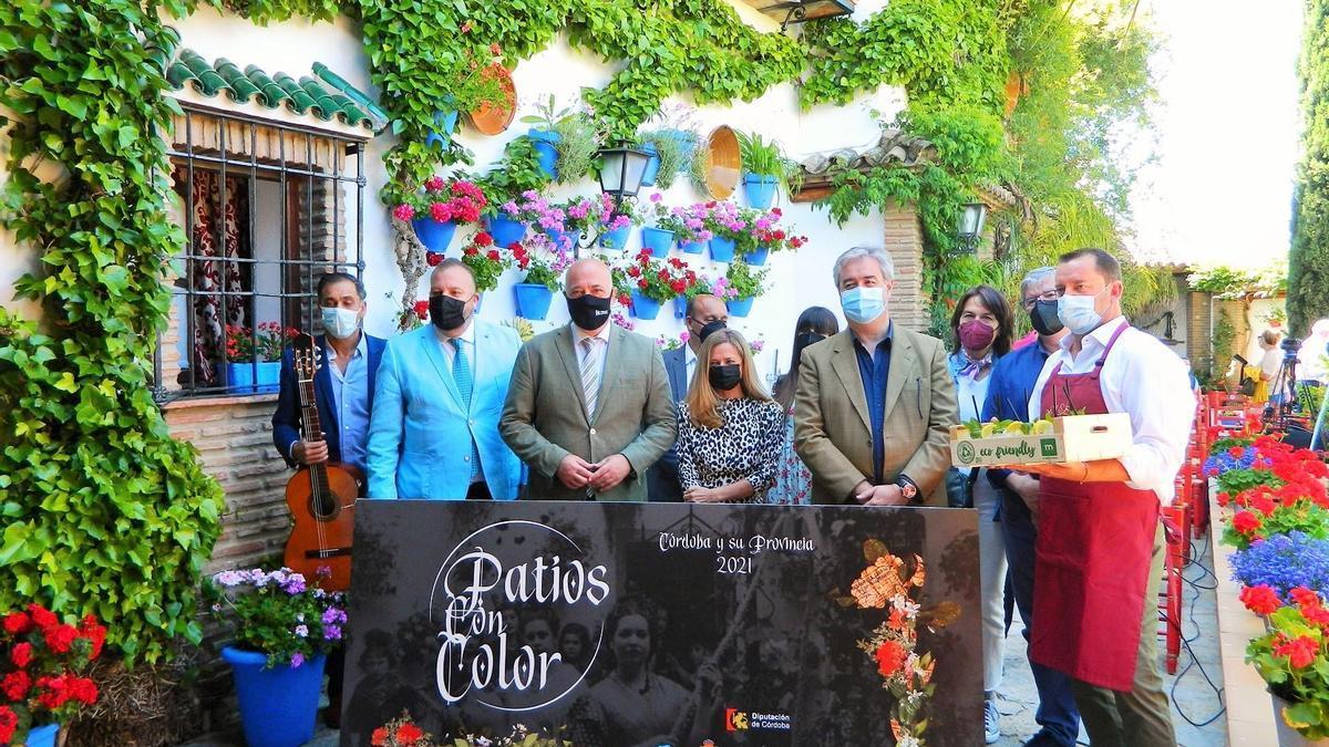 Profesionales y autoridades participantes en Patios con Color, en el patio de Anselmo Córdoba.