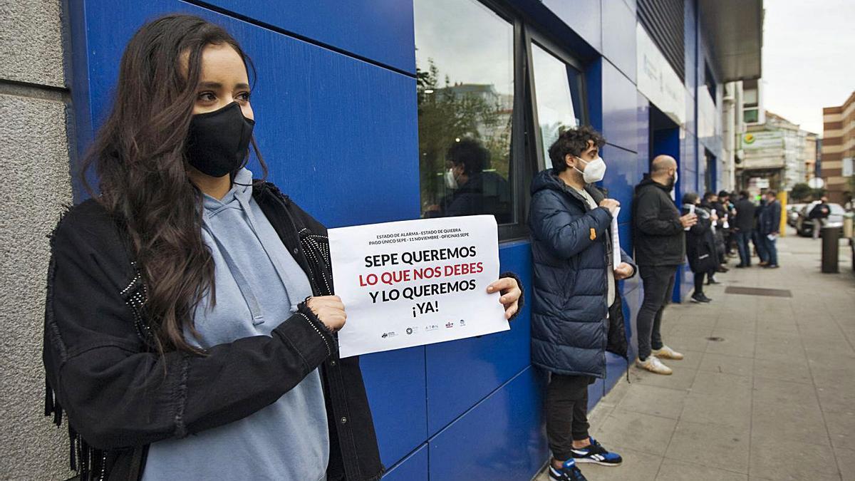 Protesta de trabajadores en ERTE ante las oficinas del SEPE en Orillamar. |   // CASTELEIRO/ROLLER AGENCIA