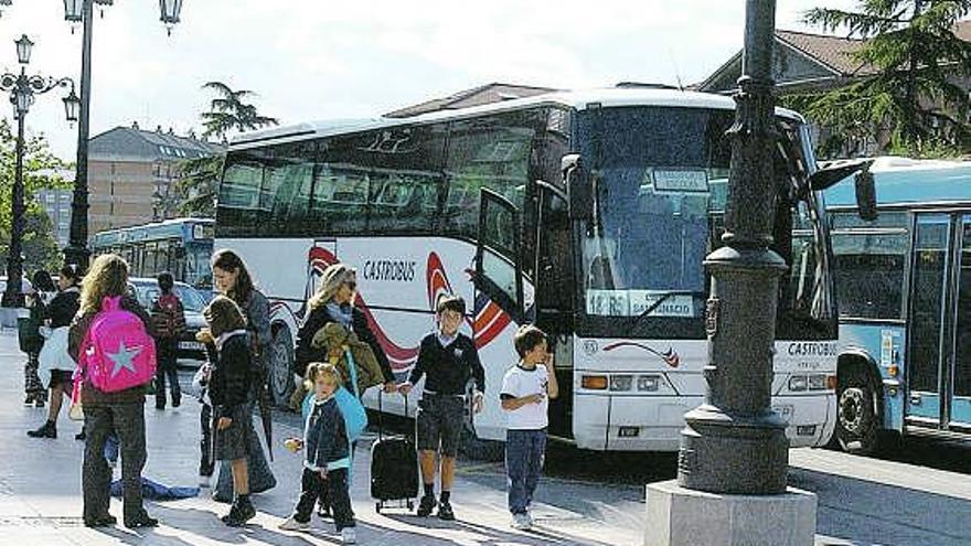 """""""Nos marginan por vivir en zona rural"""", dicen en la Junta tres familias sin transporte escolar"""