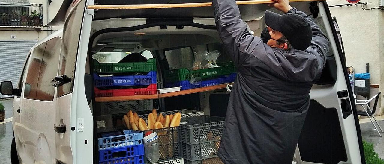 Juan Gabriel Andrés se preparara para vender pan y dulces a los vecinos de Alcalà de la Jovada.   A. P. F.