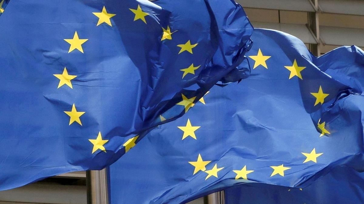 Dos banderas de la UE ondean frente a la sede de la Comisión Europea en Bruselas.