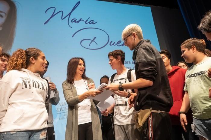 María Dueñas, con escolares en Tenerife