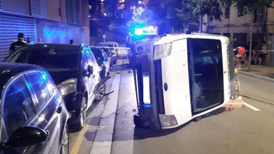 Un conductor ebri xoca contra tres cotxes aparcats a Manresa